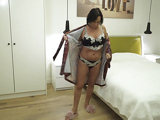 Sexy mature widow is finger fucking old pussy
